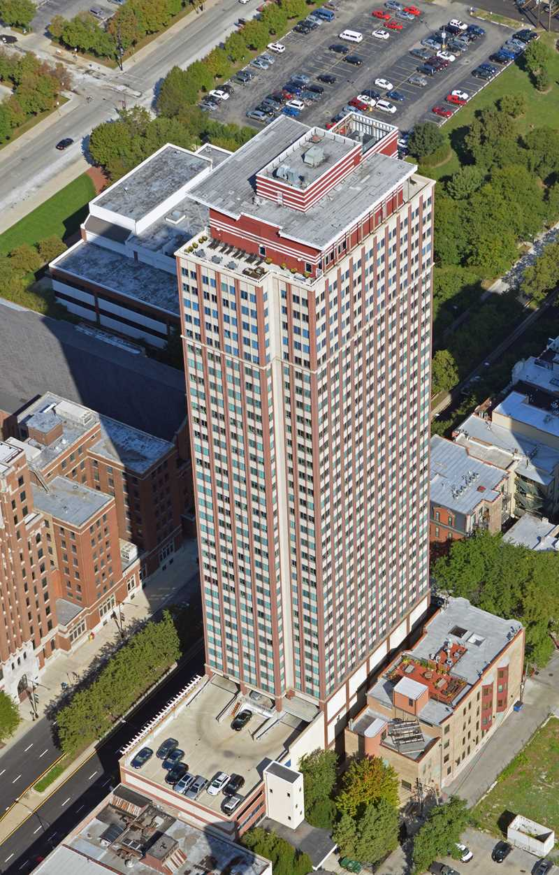 Chestnut Tower apartments, 121 W Chestnut St, Near North Side