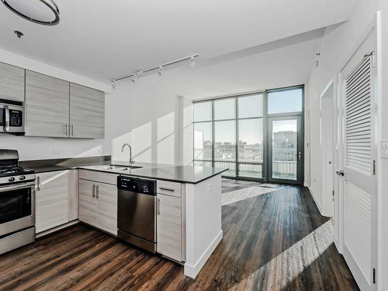 Today's apartment deal – free rent on a sunny West Loop 1-bedroom