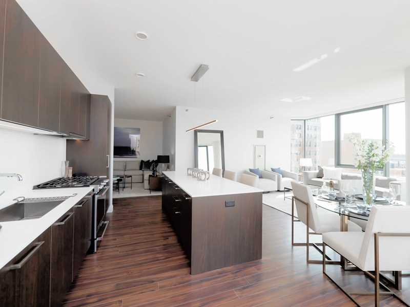 Lakeview East's newest apartment tower offers grand opening deals