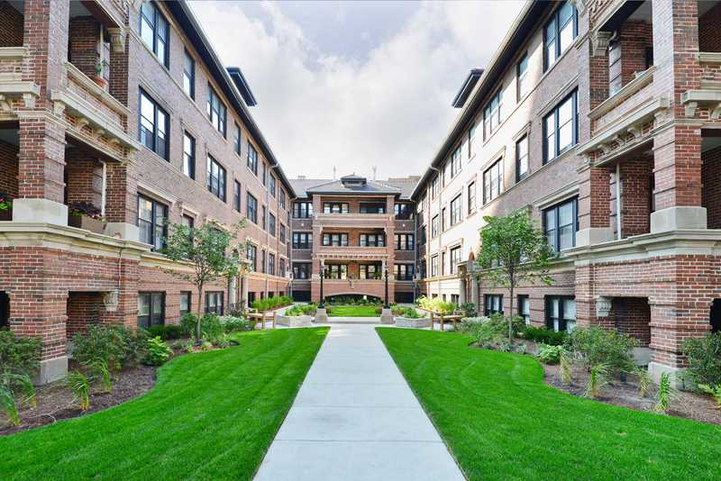 Sunny courtyard apartments a block from lincoln park for Apartment plans with courtyard