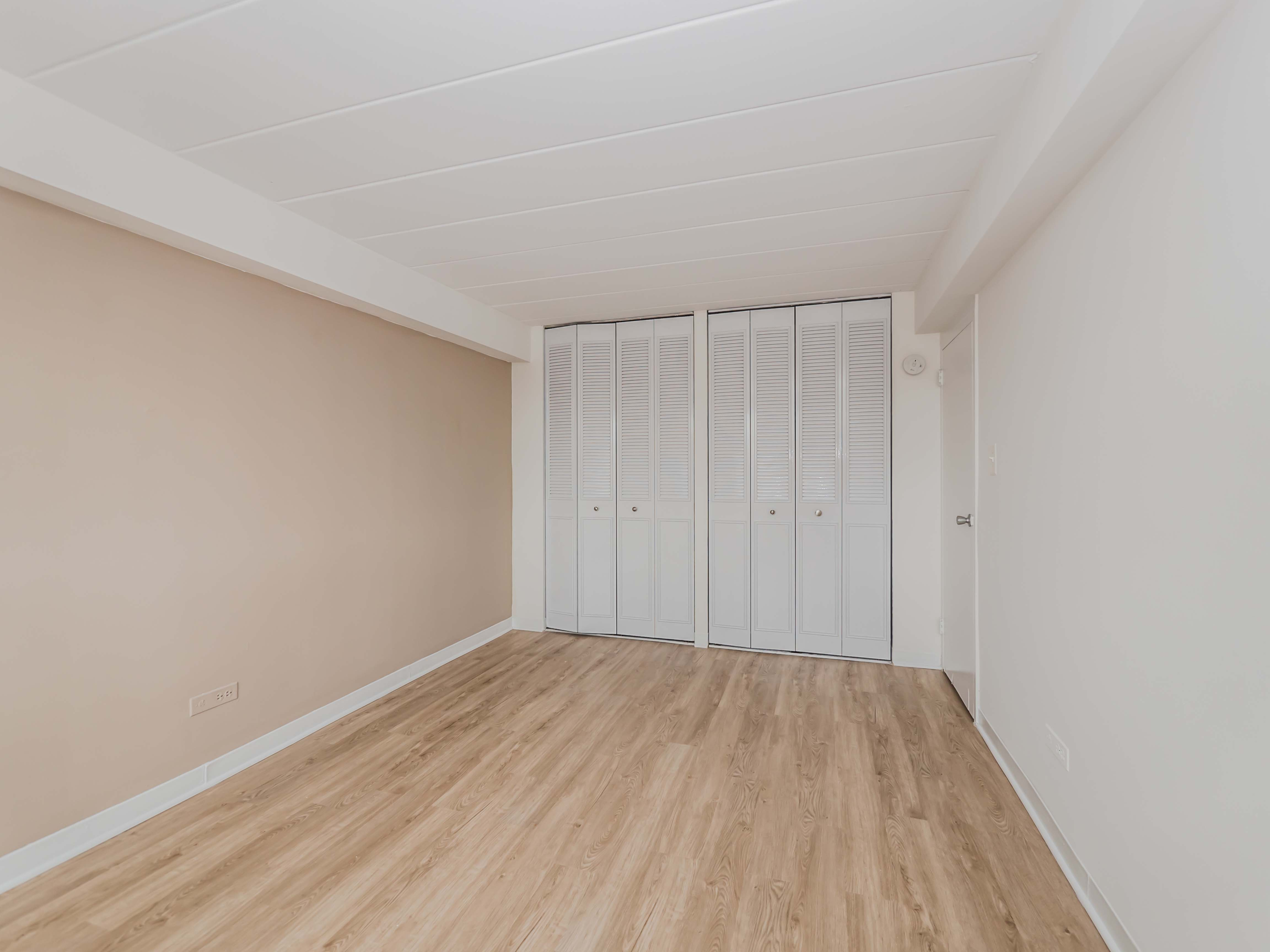 Today s apartment deal updated lakeview east studios and for Laminate flooring chicago