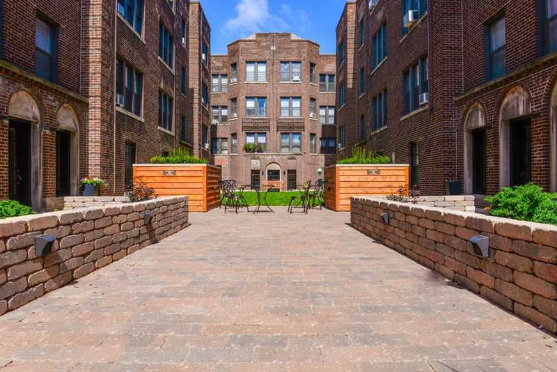 Video – Lakeview apartments in a pet-friendly vintage courtyard