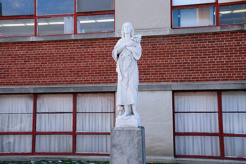 Name the nabe of the upward-gazing statue