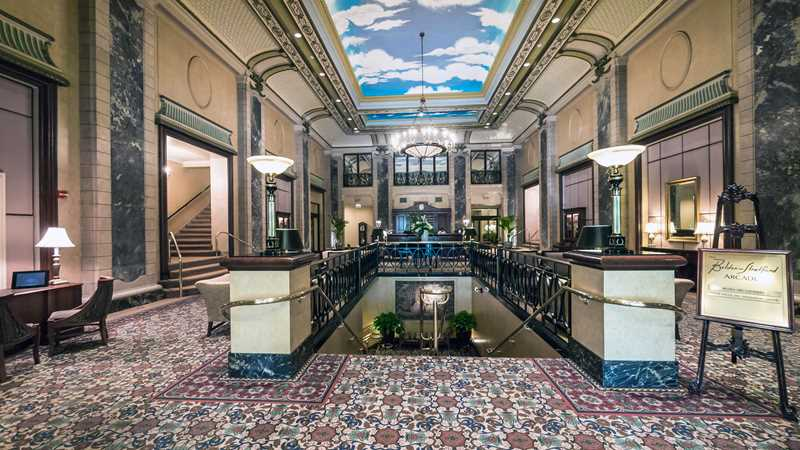 Free rent at The Belden-Stratford, a Lincoln Park landmark fronting the park